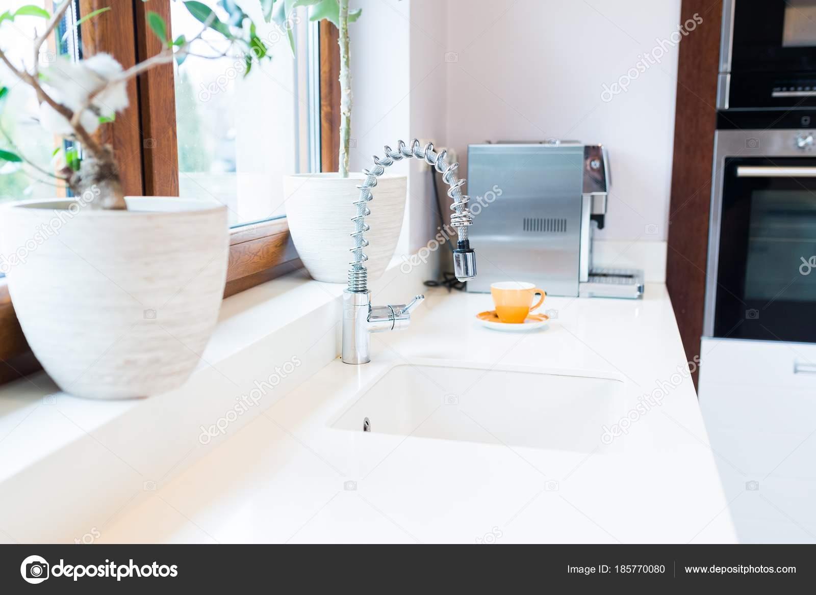 Torneira Da Cozinha Moderna Stock Photo Djedzura 185770080