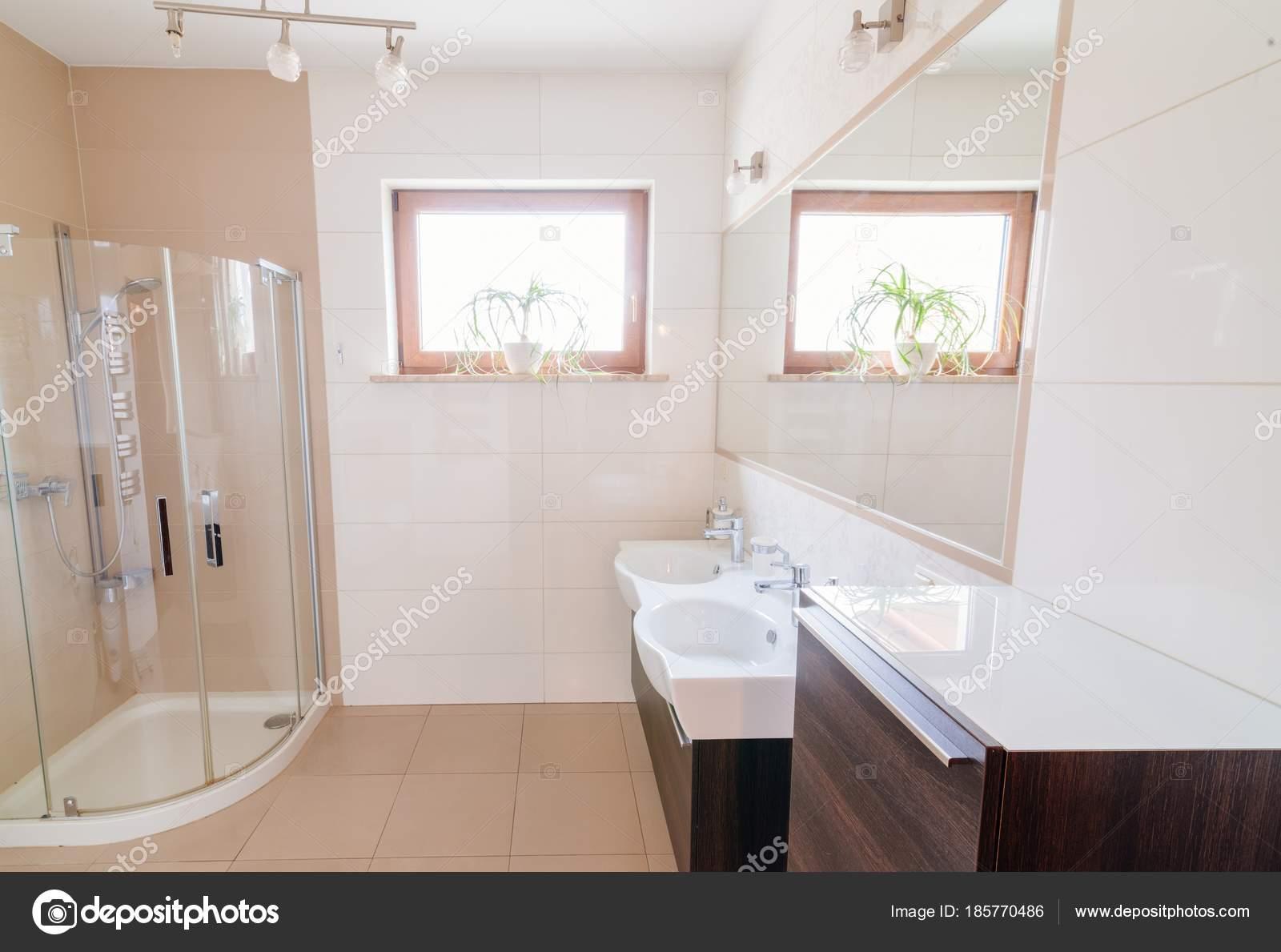 Moderno cuarto de baño con cabina de ducha de vidrio — Fotos de ...