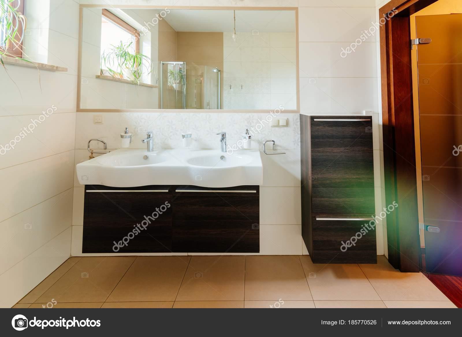 Moderne badkamer met dubbele wastafel — Stockfoto © djedzura #185770526