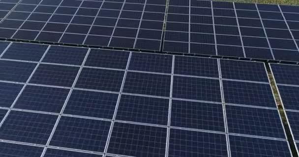 Niedrigflug über Sonnenkollektoren auf Solarpark. grüne alternative erneuerbare Energien.