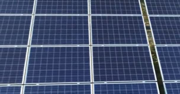 Let nad solární panely na solární farmy. Zelená alternativní obnovitelné zdroje energie