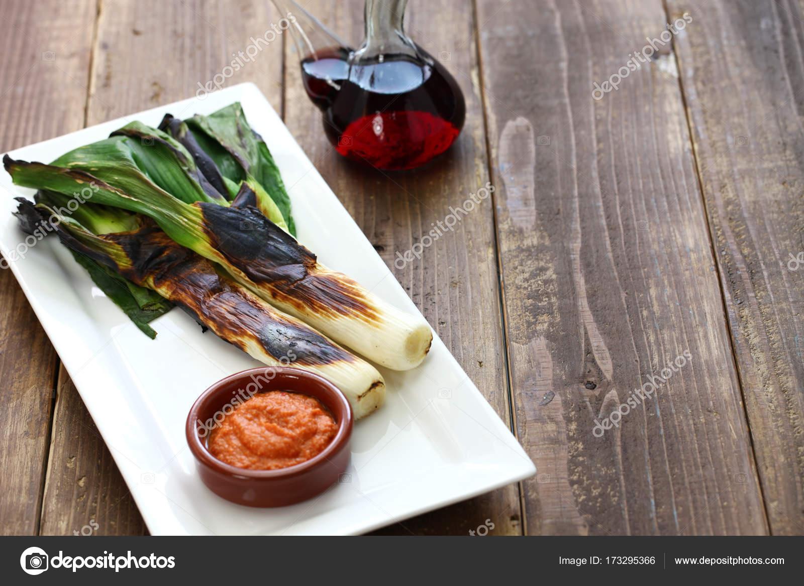 geröstete Calcots mit Romesco-Sauce zum Dippen, Spanisch ...
