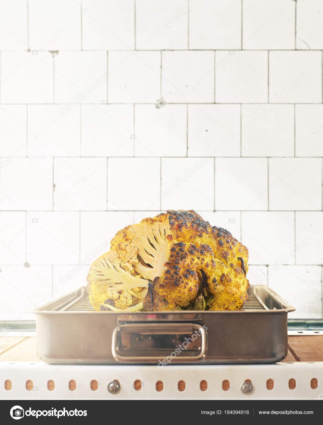 Coliflor amarilla asado sobre una bandeja de horno metálica — Foto ...