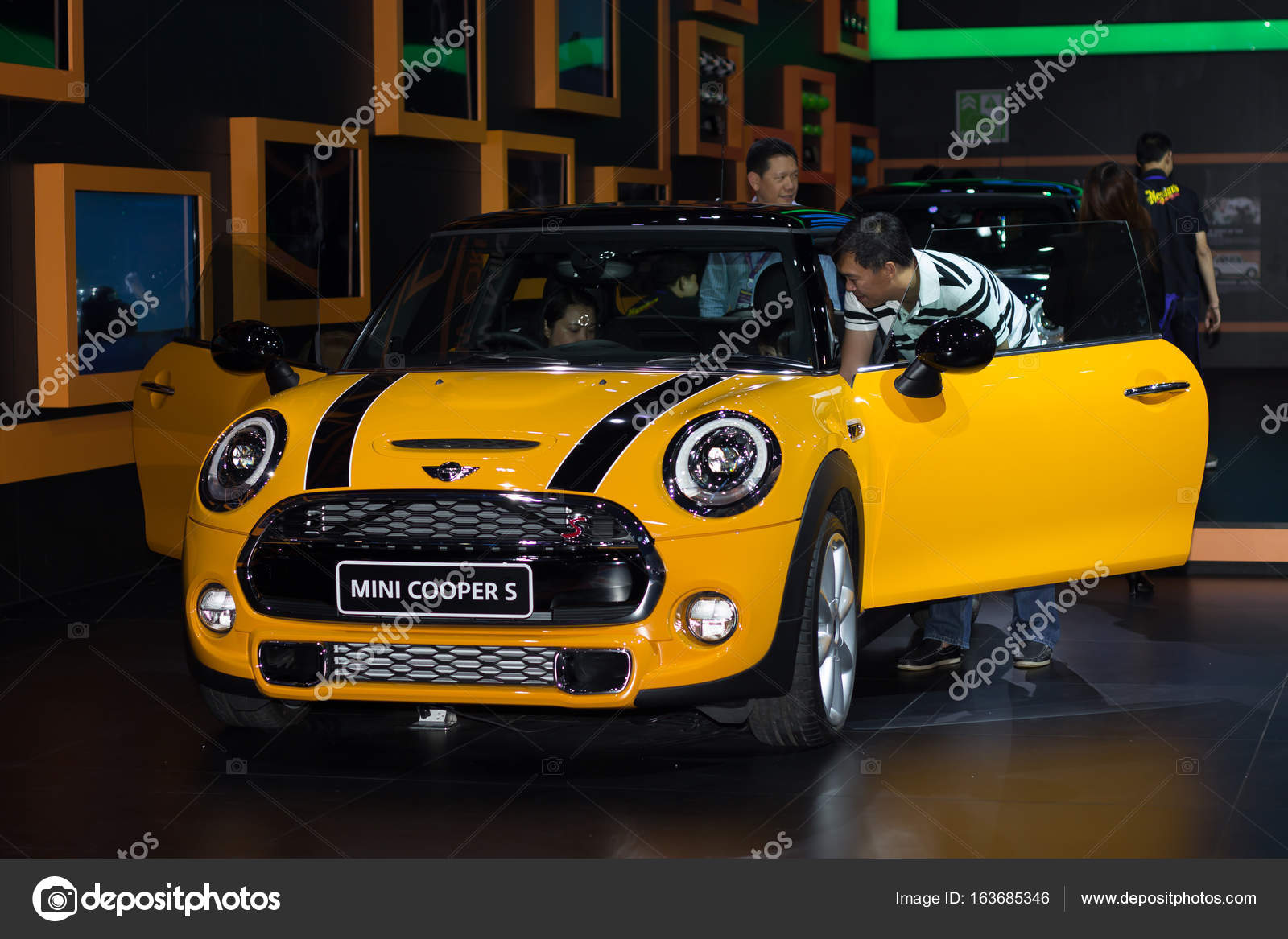 Mini Cooper Nouveau Modèle Présenté Dans Salon De Lautomobile