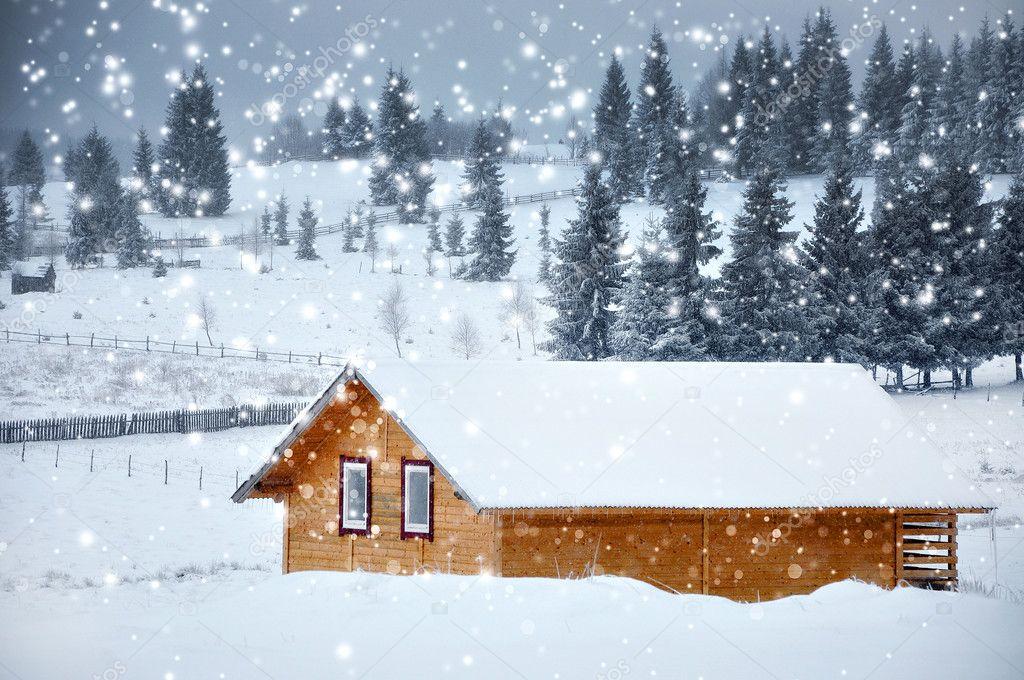 Baita di montagna in inverno con i fiocchi di neve for Foto interni baite di montagna