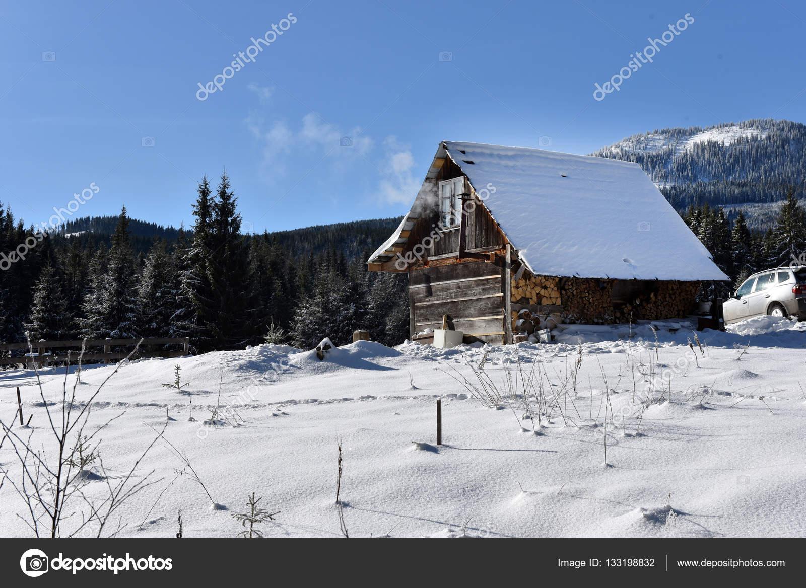 Chalet in legno di montagna ricoperti di neve fresca for Disegni di chalet svizzeri