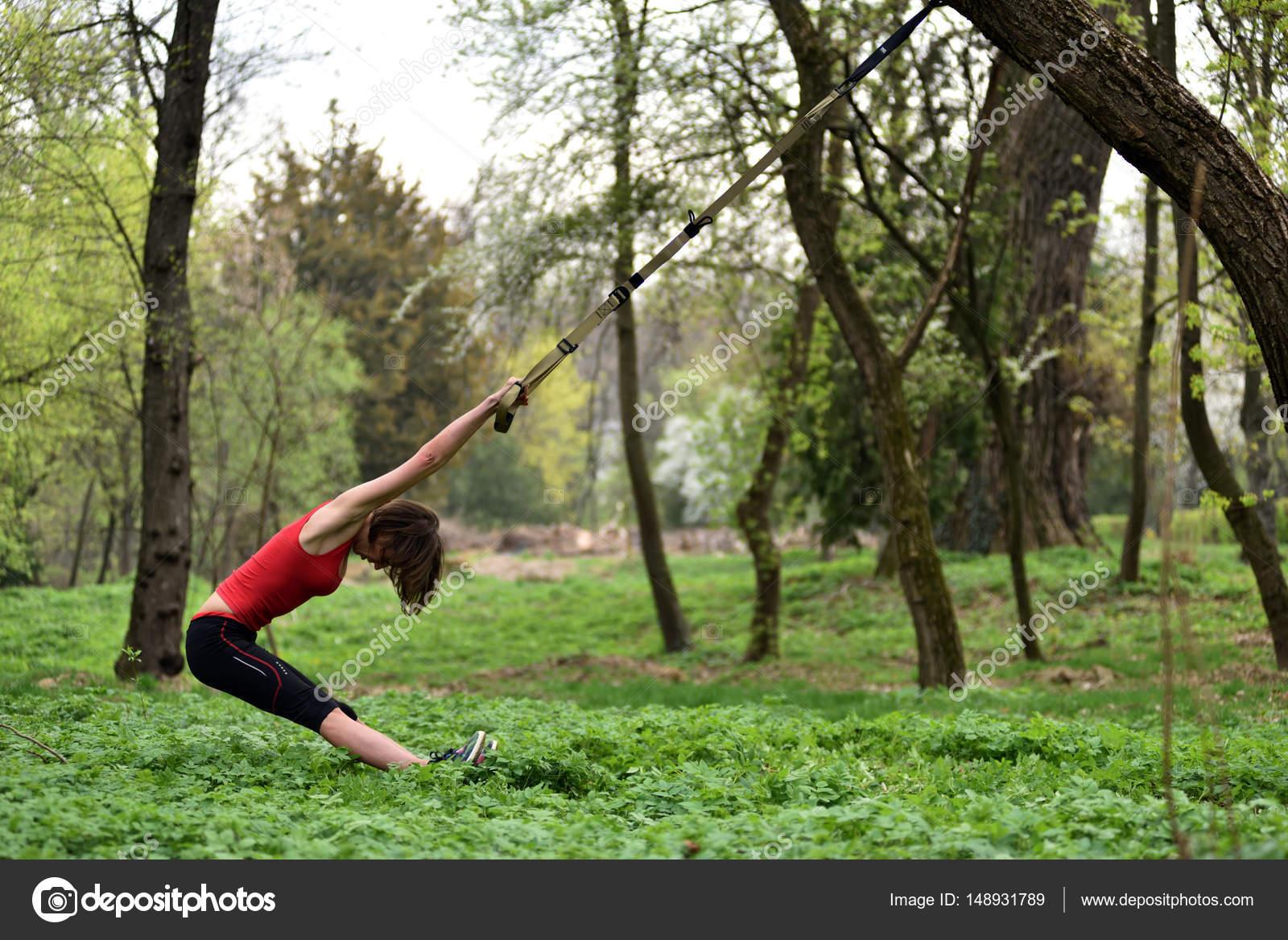 jeune femme s duisante le corps qui s tend avec trx fitness str photographie salajean. Black Bedroom Furniture Sets. Home Design Ideas