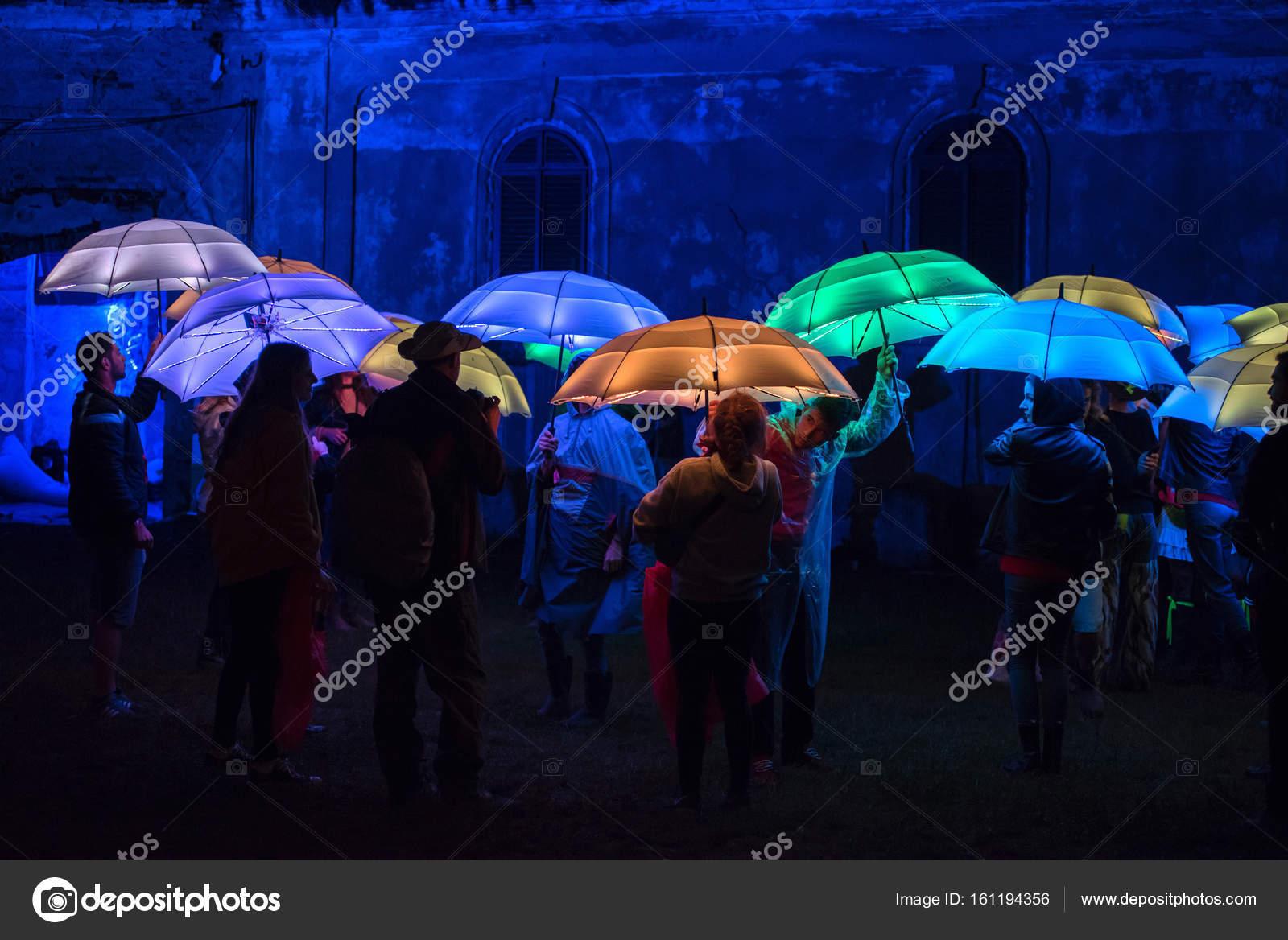Juli 2017: Menschen, Die Spielen Mit Bunten Sonnenschirmen, Die Nachts Bei  Elektrischen Schlossfest Von Led Lampen Beleuchtet U2014 Foto Von Salajean