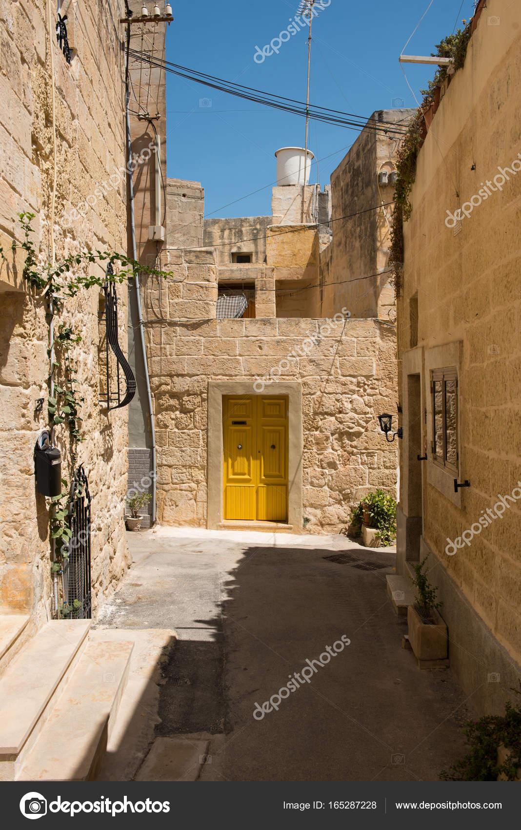 Mittelalterliche Gasse mit Stein Häuser in Mdina, Malta — Stockfoto ...