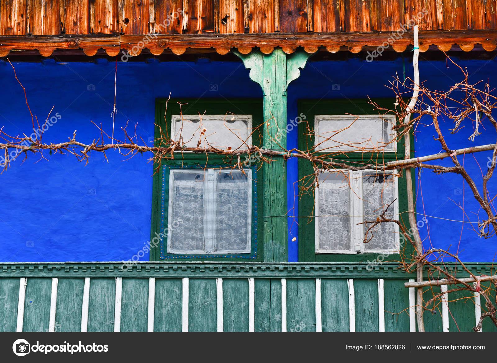 Veranda blauwe muur wijnstokken wijnstokken geschilderd