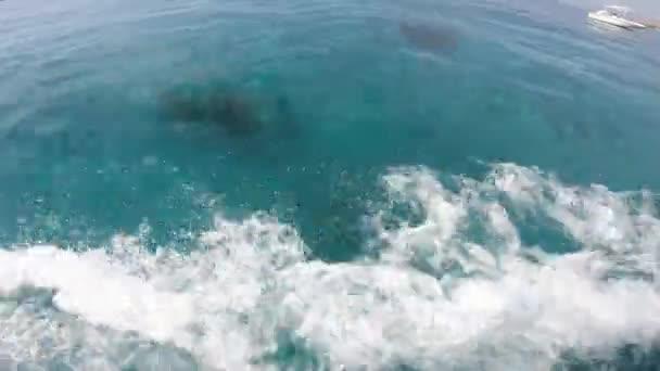 4k detailní záběr mořských vln s pěnou z rychločlunu