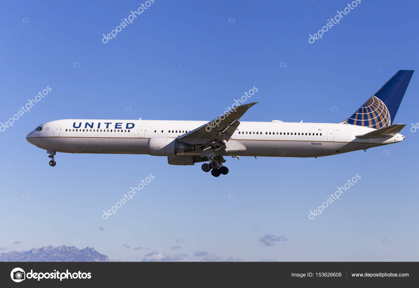Barcelona, Spain - May 6, 2017: United Airlines Boeing 767-400ER  approaching to El Prat Airport in Barcelona, Spain — Photo by santirf
