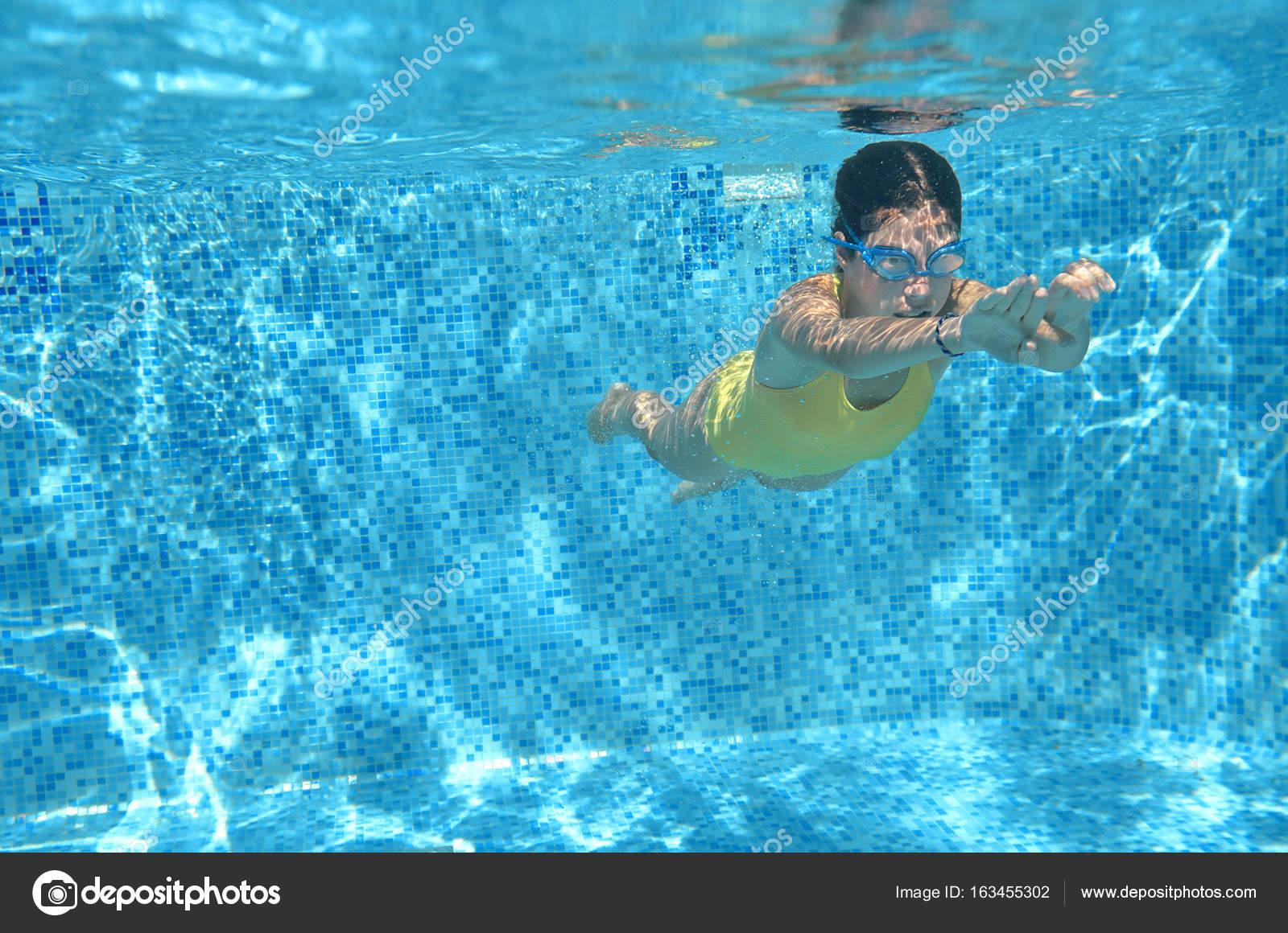 Diversion bajo el agua facebook nadador joven nataci n bajo el agua en la piscina y tiene - Agua de la piscina turbia ...