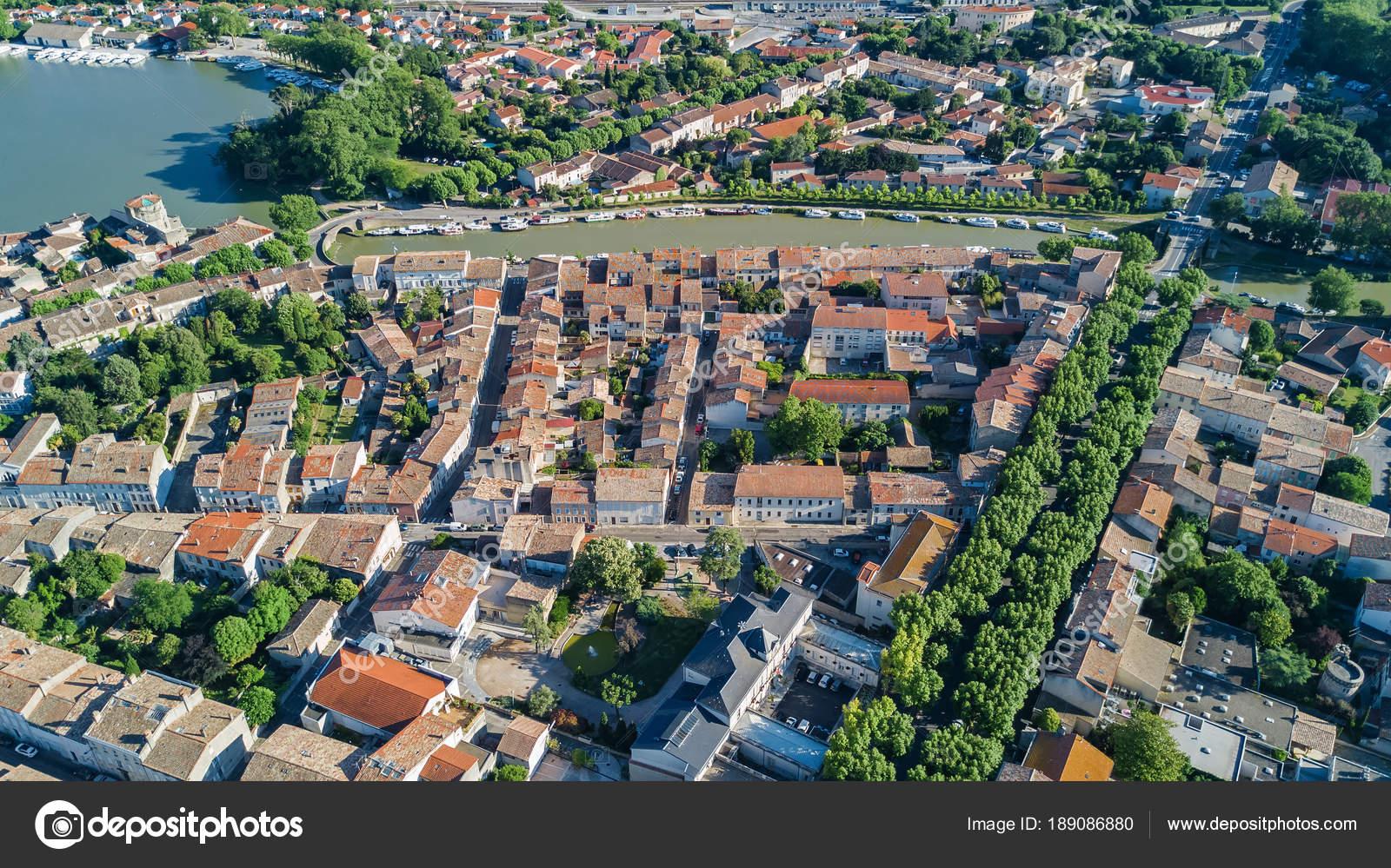 Top Luftaufnahme Von Castelnaudary Wohngebiet Häuser Dächer Straßen ...