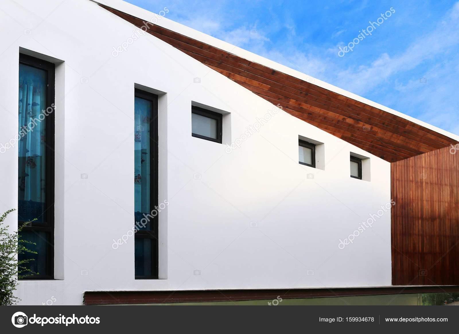 Moderne Architektur In Beton Und Holz Mit Kleinen Garten Rasen Stockfoto