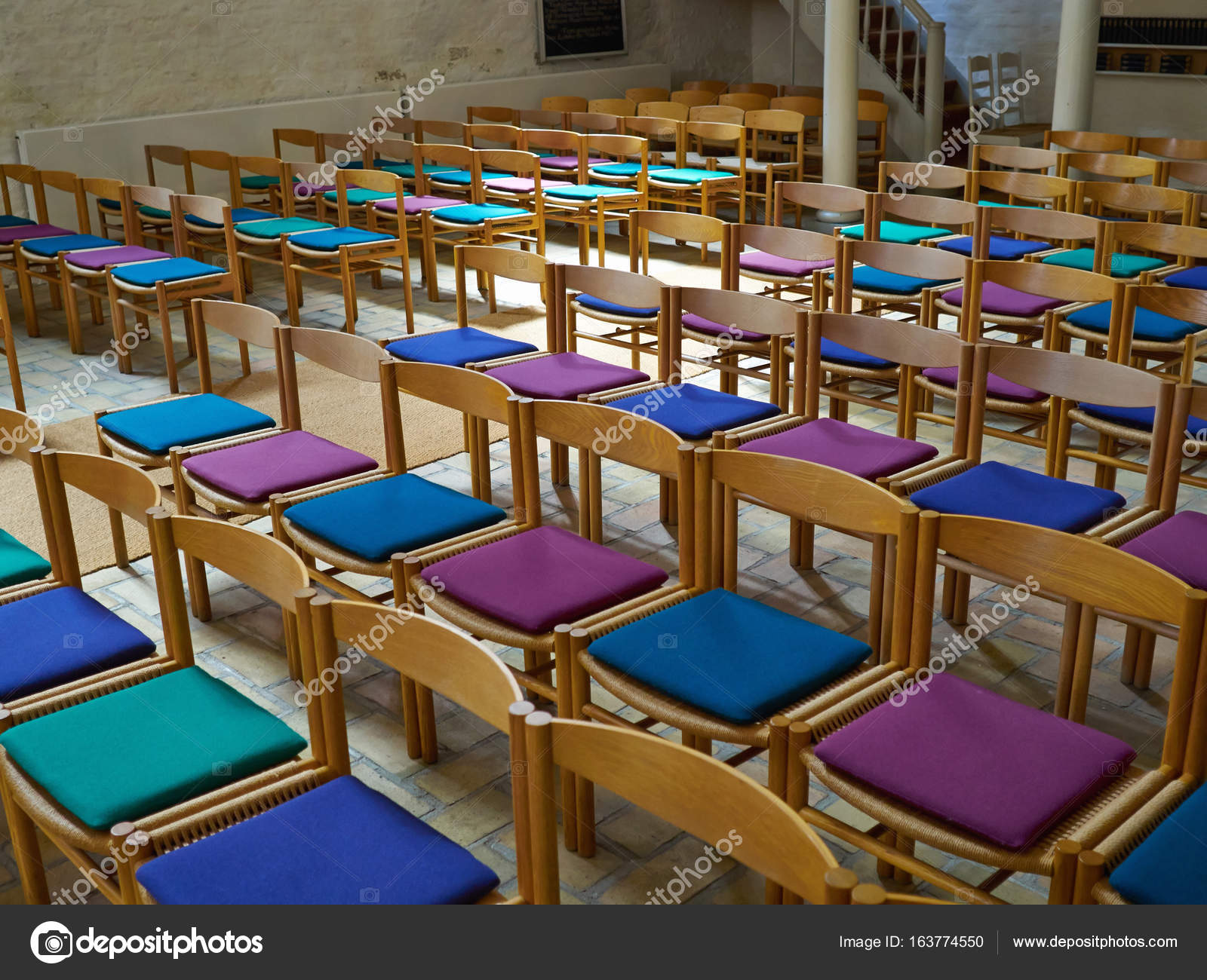 Einfache hölzerne Stühle in einer Kirche — Stockfoto © ronyzmbow ...