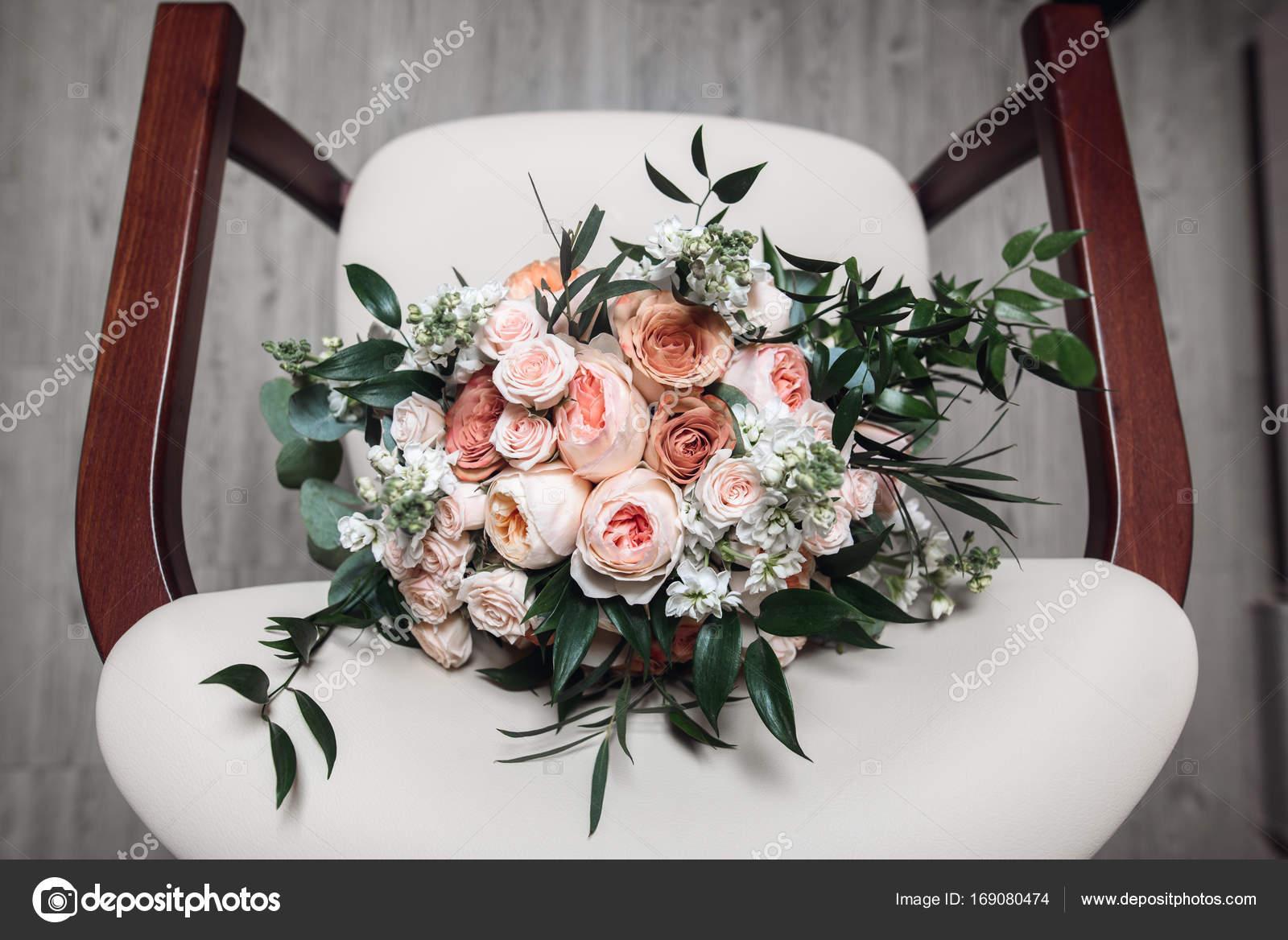 Hochzeitsblumen Auf Dem Stuhl Stockfoto C Vadympastukh 169080474