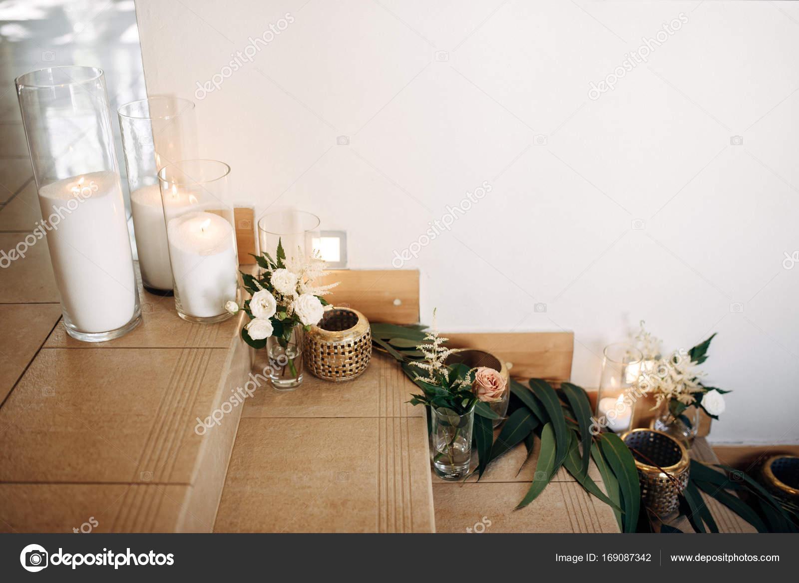 Trap versierd met kaarsen en gouden bokalen u stockfoto