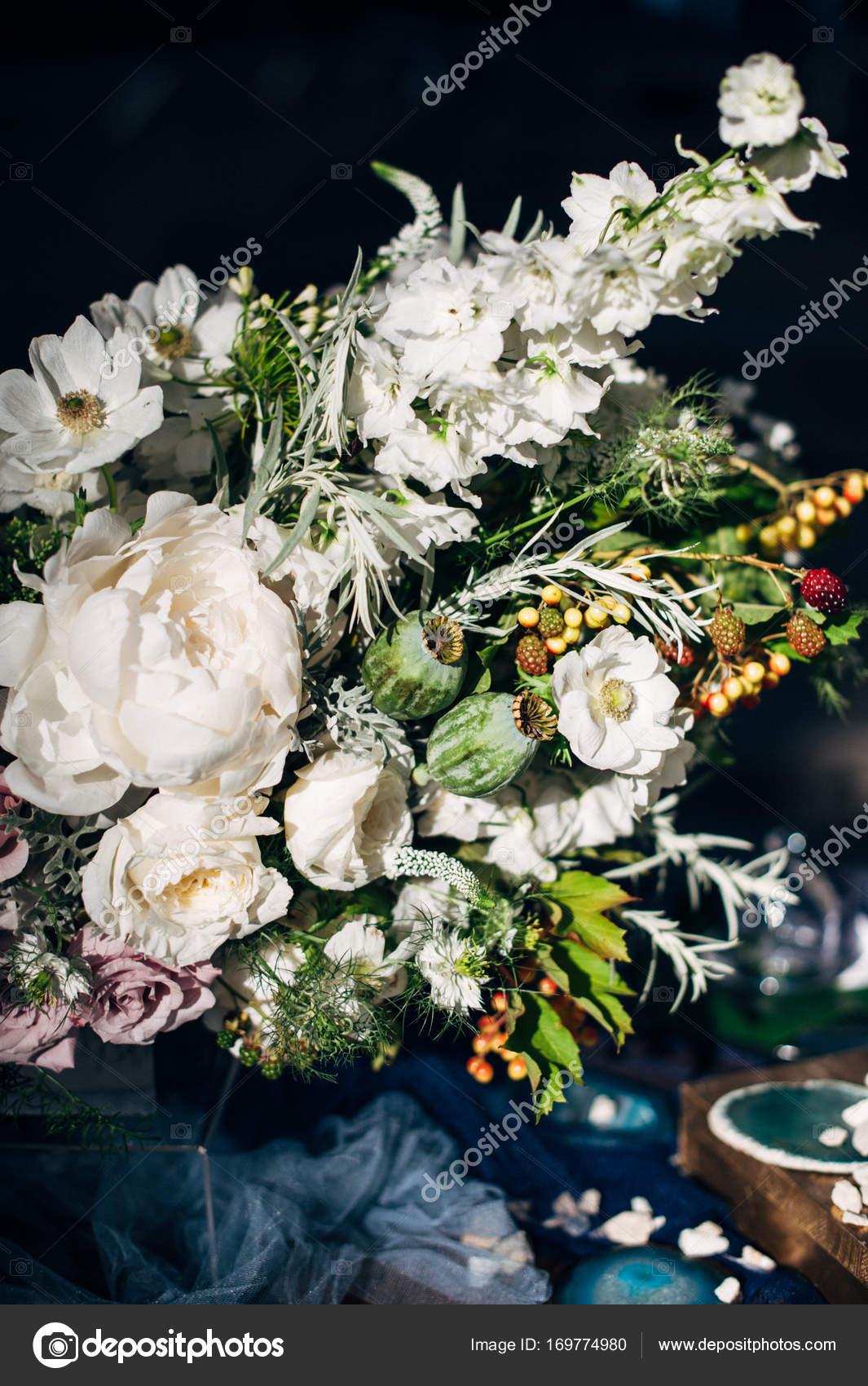 abendessen im stil boho f r zwei personen mit holz schreibtisch ein bouquet von wei en blumen. Black Bedroom Furniture Sets. Home Design Ideas
