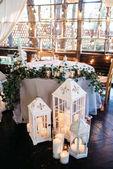 díszített fehér fa-gyertyatartók lámpák és virágok