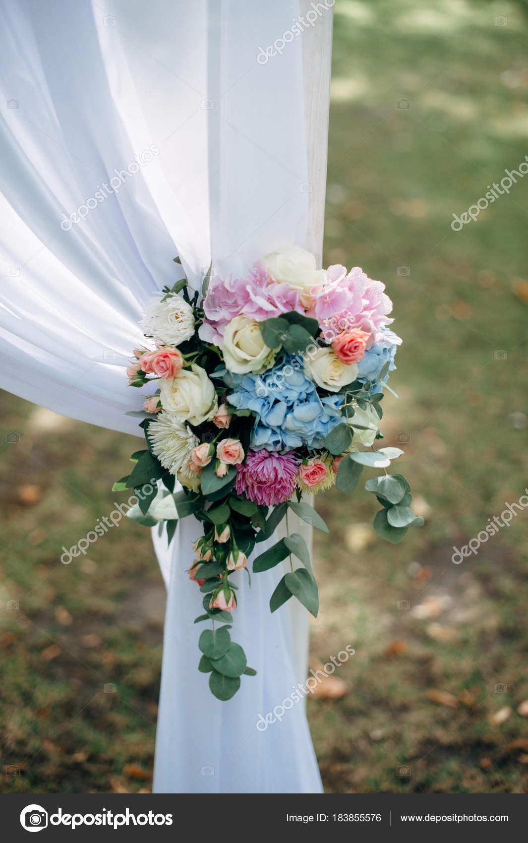 Weisse Hochzeit Mit Blau Gelb Und Rosa Blumen Und Grunen Bogen