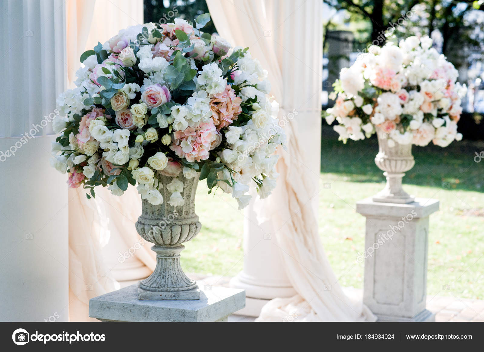 Charming Arco Di Cerimonia Nuziale Bianca Con Grandi Mazzi Di Fiori Pesco Negli  Stand Bianco U2014 Foto Di VadymPastukh