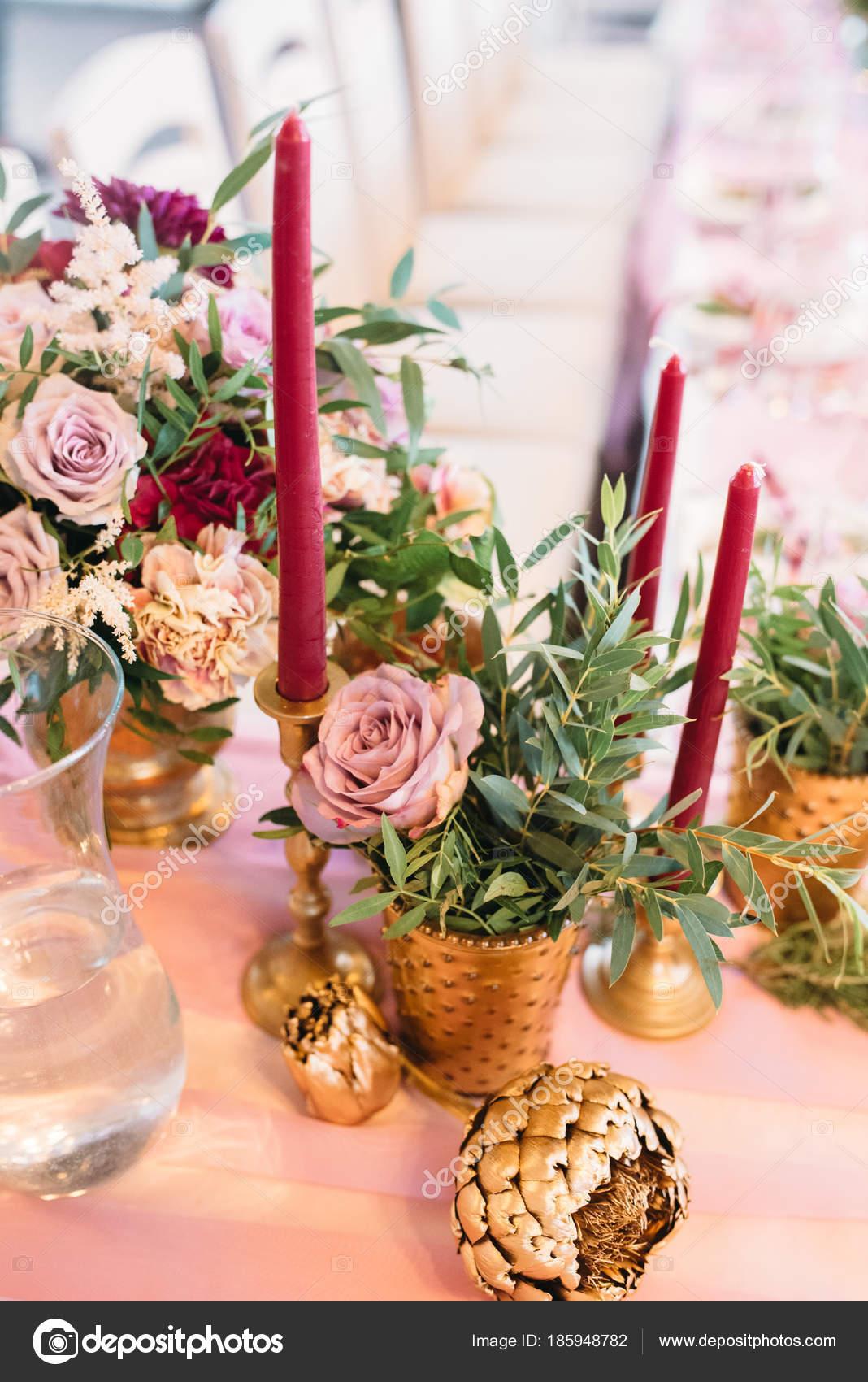 hochzeit dekoration mit bouquet von burgund und rosa bl ten und eukalyptus kerzen burgund in. Black Bedroom Furniture Sets. Home Design Ideas