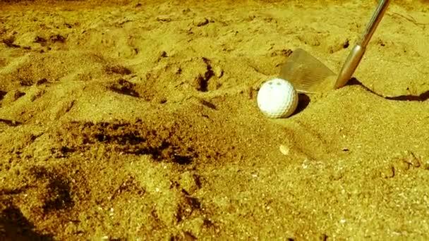 Golf-Spieler den Ball in den sand