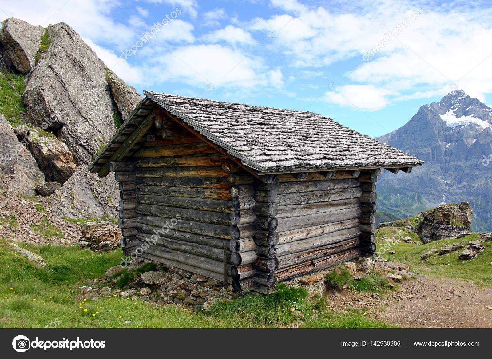 Small Wooden Hut In The Mountains U2014 Stock Photo