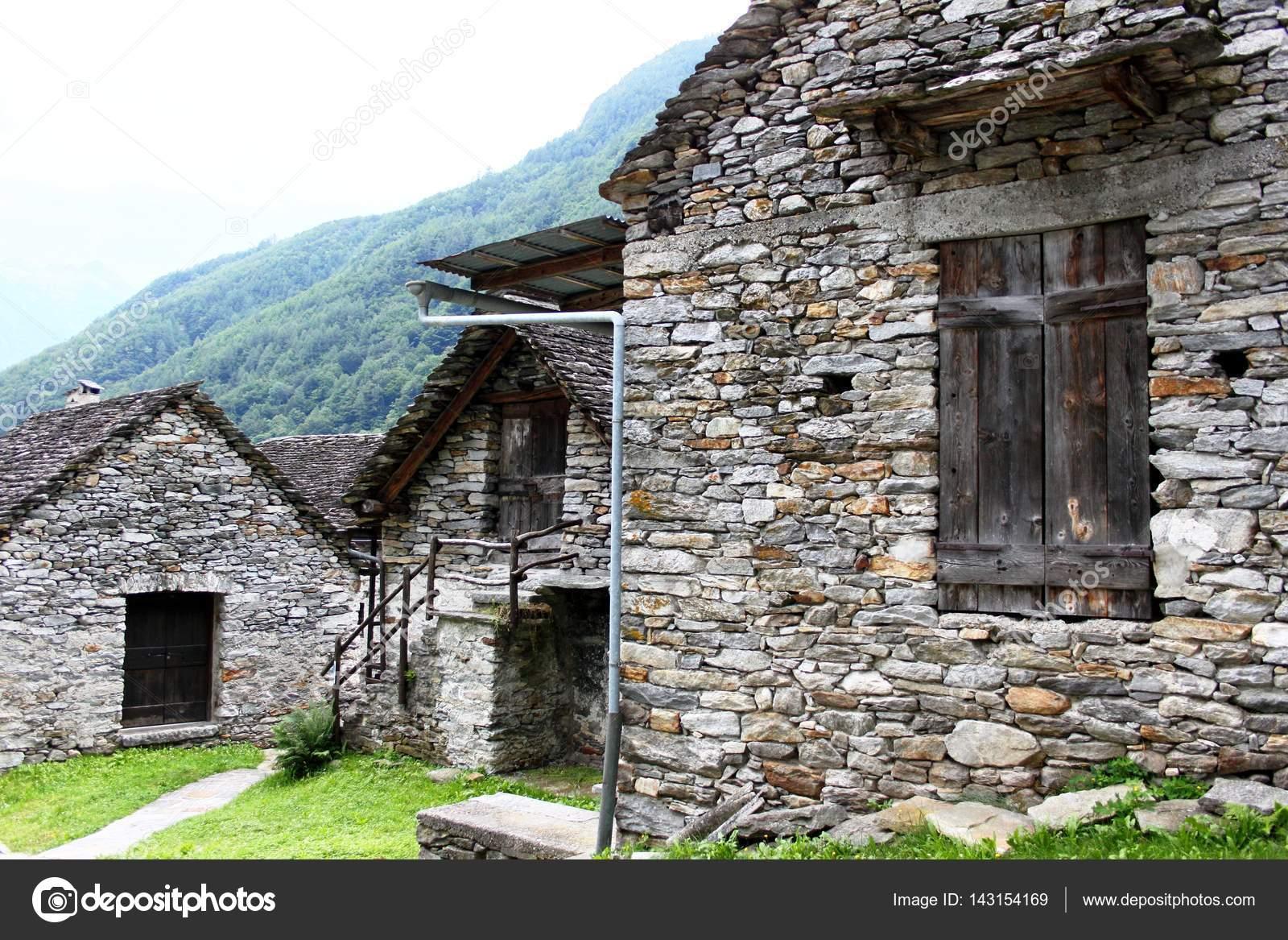Case In Pietra Di Montagna : Case di pietra nel villaggio di montagna ticino u foto stock