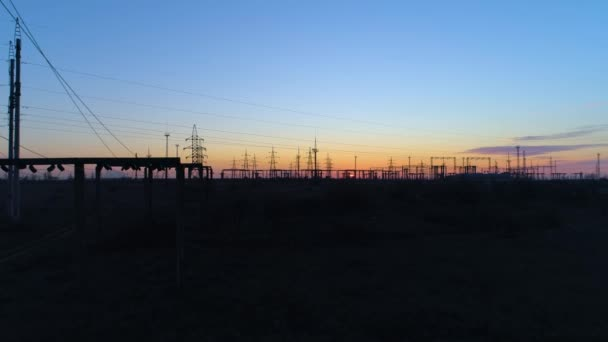 energiahatékonyság, tornyok sziluettje és nagyfeszültségű elektromos vezetékek alkonyatkor