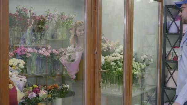 moderní květinářství poskytuje rychlé a vysoce kvalitní dodávky kytici z květinářství, doručovatel zkontroluje seznam objednávek v obchodě postarat se o klienta
