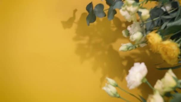 Blumenstrauß auf Hintergrund mit Kopierplatz für Text, Florist setzt Papier für Stillleben ein, vertikaler Bildschirm