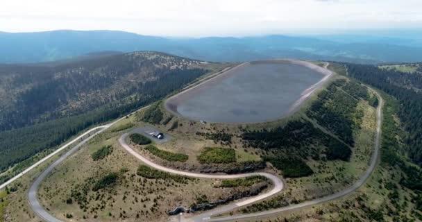 Letecký pohled na vodní nádrž a elektrárnu Dlouhé Strany v Jeseníkách