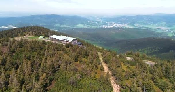 Letecký pohled na vrchol hory Serak, kde se nachází turistická dřevěná chata