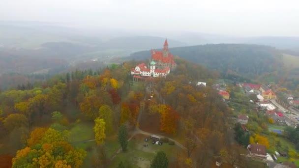 Letecký pohled na romantický pohádkový zámek Bouzov v podzimní krajině. Moravia, Česká republika.