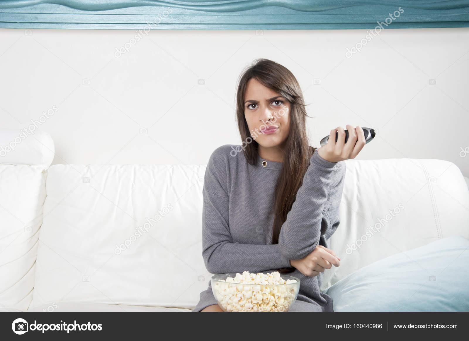 junge Frau Essen Popcorn, Filme schauen und Popcorn Essen, modernes ...