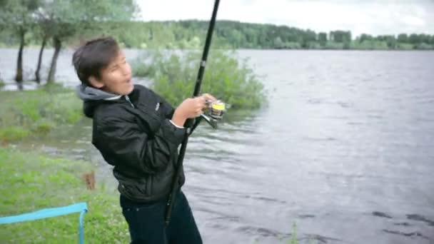 Děti na rybaření. Umístěte na jezeře