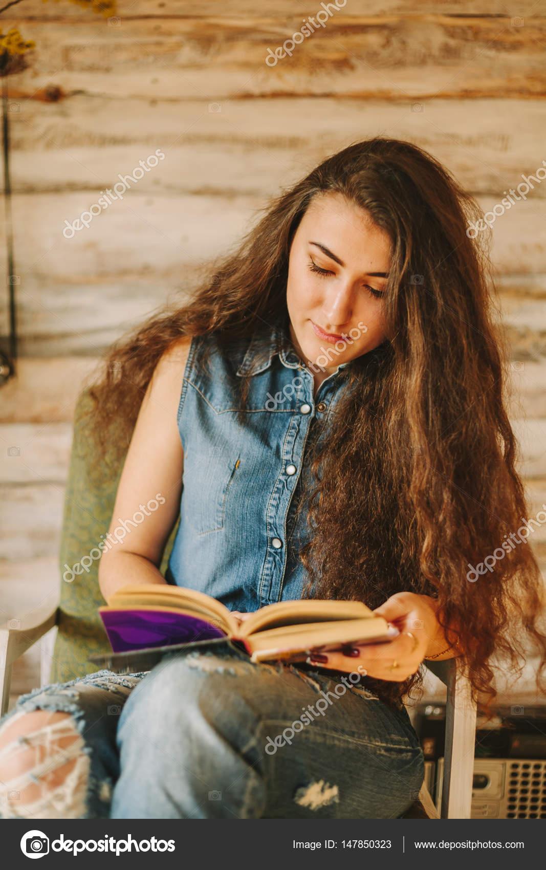 Ritratto di una ragazza con capelli lunghi ricci e - Immagine di una ragazza a colori ...