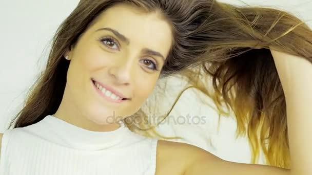 Női modell megható és szagú gyönyörű hosszú haj lassú mozgás