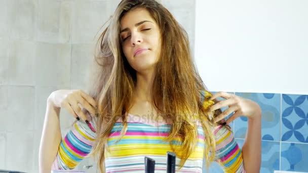 Nő, reggel a tükörben látszó szörnyű rendetlen haj