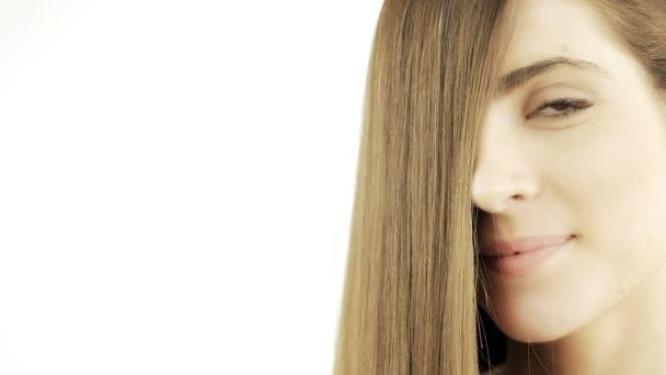Portrét ženy s úsměvem a hedvábným dlouhý vlasy