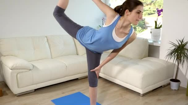 Žena doma dělá jógu a meditace
