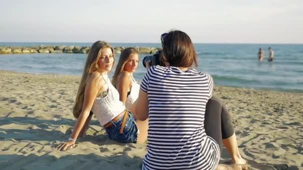 Ženské fotograf fotografování modelů mladý teenager na pláži slow motion