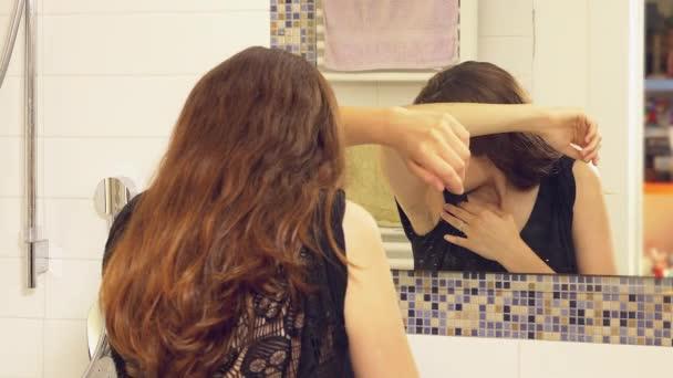 Vrouw in badkamer ruiken stinkende oksel probeert te vinden ...