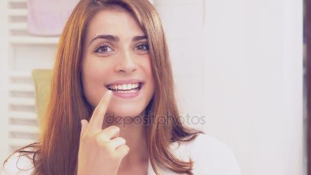 Roztomilá žena ukazuje krásné zuby po mytí 4 k zpomalené detailní retro styl