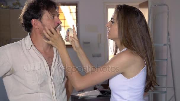 Žena zavírat ústa přítel s detailním pásky