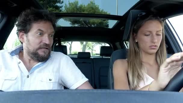 Muž dává dospívající dcera jízdy lekce obavy o nové auto průměrný střelec