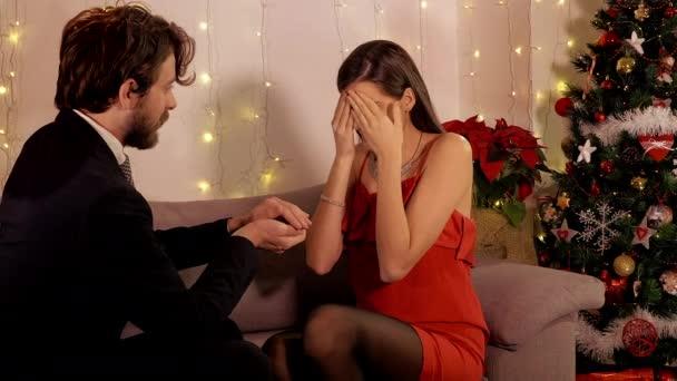 Mann Macht überraschung Nacht Weihnachten Geben Vorschlag Ehering