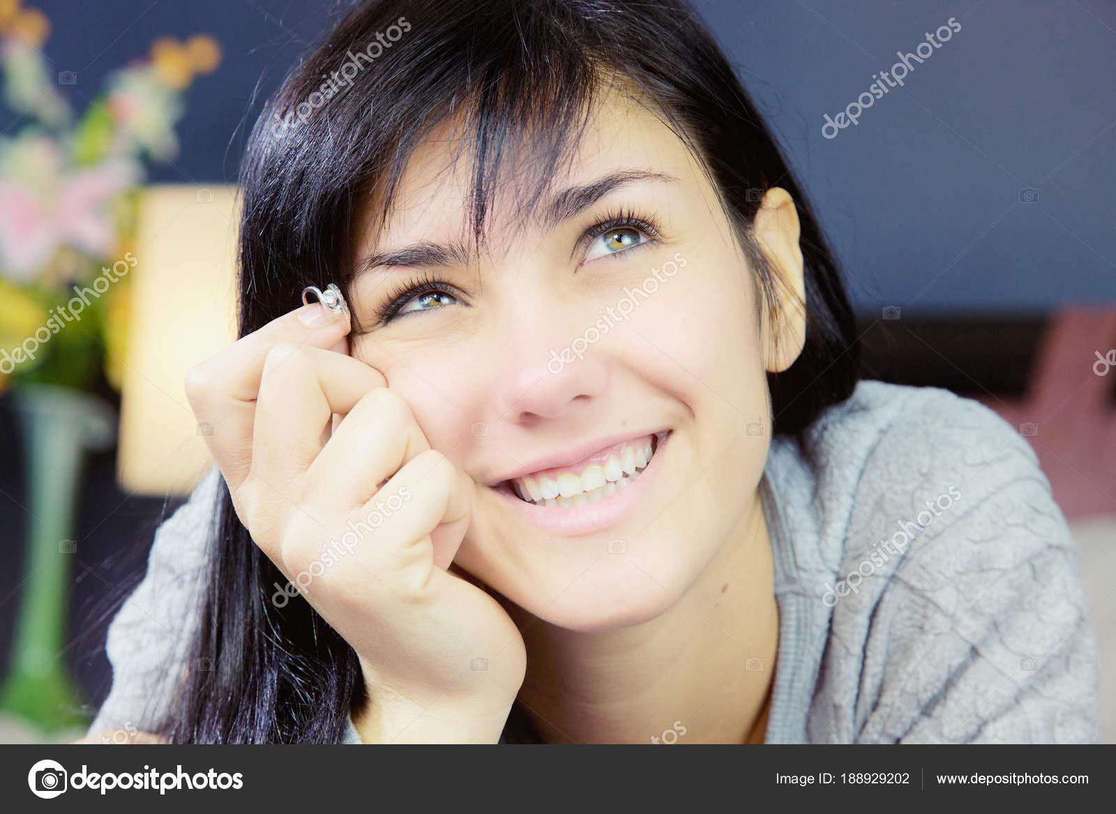 Junge Frau Mit Verlobungsring Lachelt Glucklich Verliebt Stockfoto